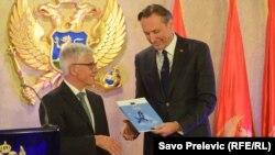 šef Delegacije Evropske unije u Crnoj Gori Mitja Drobnič uručuje izvještaj Evropske komisije predsjedniku crnogorskog parlamenta Ranku Krivokapiću
