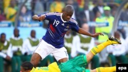 South Africa - Steven Pienaar (floor) of South Africa falls in front of French Abou Diaby during the FIFA World Cup 2010 group A preliminary round match between France and South Africa at the Free State stadium in Bloemfontein, 22Jun2010