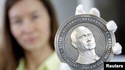 """""""Rusiya torpaqlarını toplayan"""" adlı medalda Putinin şəkli"""