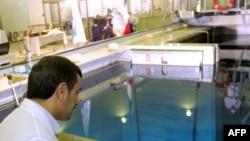 محمود احمدی نژاد در مراسم بازدید از راکتور تحقیقاتی تهران- زمستان سال ۱۳۹۰