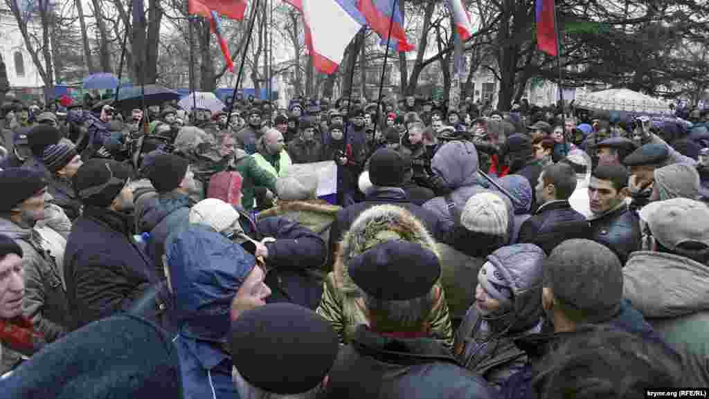 Ось, в цілому, і весь мітинг. Підвозити сюди людей з Севастополя, як це було день тому, щоб влаштувати бійню з кримськими татарами, організатори, мабуть, повважали зайвим. А «своїх» назбиралося зовсім небагато