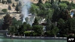 Столб дыма из Spozhmai Hotel, атакованного талибами в Гарга (пригород Кабула), 22 июня 2012
