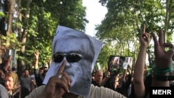 برخی از رسانه های خبری از آغاز دوره تازه ای در ایران سخن می گویند. تصویری از حامیان میرحسین موسوی.