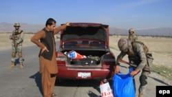 Forcat e sigurisë afgane duke i kontrolluar njerëzit dhe makinat para festimeve për Nevruz
