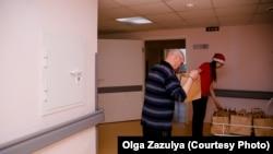Волонтеры фонда AdVita распределяют новогодние подарки между подопечными. Фото: Ольга Зазуля