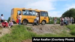 Автобус с эвакуированными жителями селения Урман, 4 июня 2015 г.