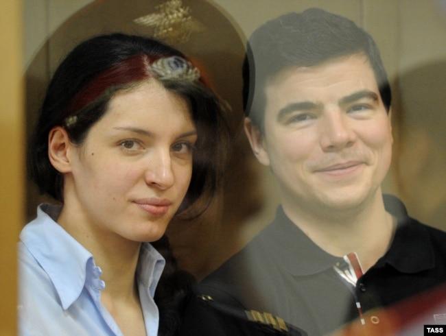 Евгения Хасис и Никита Тихонов слушают приговор по делу об убийстве Станислава Маркелова и Анастасии Бабуровой, 6 мая 2011 года