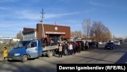 Скопление людей на границе между Казахстаном и Кыргызстаном. 8 февраля 2020 года.