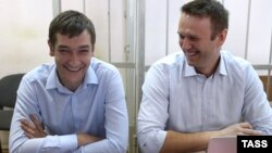 Олег (л) і Олексій Навальні