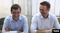 Олег Навальный (слева) в суде