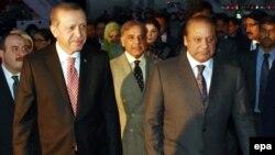 Премьер-министр Пакистана Наваз Шариф встречает прибывшего с визитом президента Турции Реджепа Тайипа Эрдогана. Равалпинди, 16 ноября 2016 года.