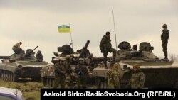 Українські солдати спостерігають за позиціями супротивника. Маріуполь, 30 квітня 2015 року