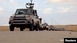 Военная автоколонна на шоссе в Ливии, 4 апреля 2019