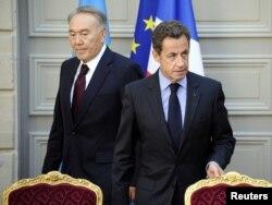 Президент Казахстана Нурсултан Назарбаев (слева) и экс-президент Франции Николя Саркози прибыли для подписания документов в Елисейском дворце. Париж, октябрь 2010 года.