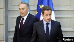 Президент Казахстана Нурсултан Назарбаев (слева) и президент Франции Николя Саркози. Париж, 27 октября 2010 года.