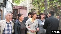Жители проблемных районов и общежитий защищают семью Шаповаловых от выселения из квартиры. Алматы, 29 сентября 2008 года.