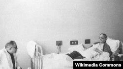 Üzeyir Hacıbəyov ölümündən öncə qardaşı Zülfüqar Hacıbəyli ilə birgə, 1948-ci il.