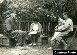 Эльжбета Смулкова ў дыялекталягічнай экспэдыцыі на Беласточчыне, 1960-я гады