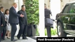 Дональд Трамп показывает Ким Чен Ыну свою машину во время прогулки
