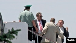 Костянтин Затулін пробивається через українських прикордонників, Сімферопольський аеропорт, 7 червня 2009 р.