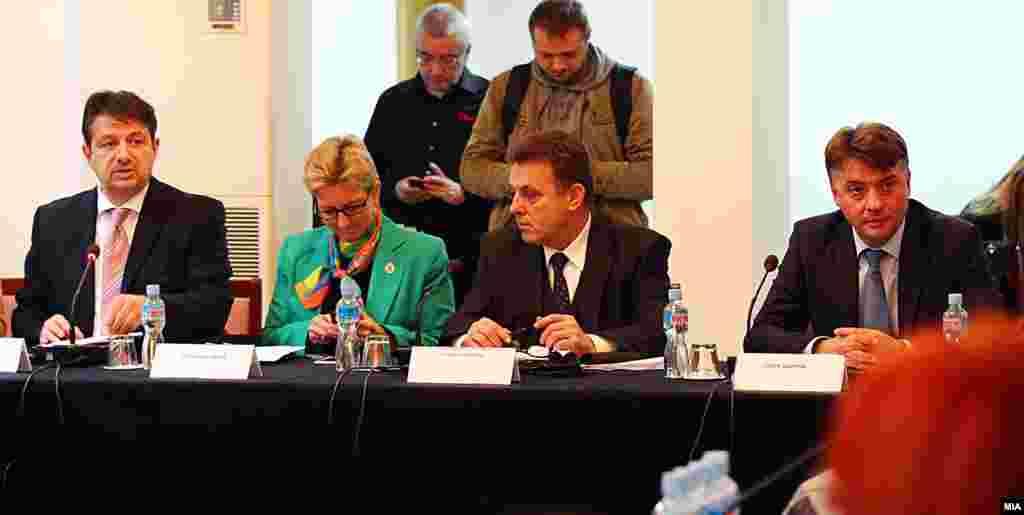 МАКЕДОНИЈА - Министерот за животна средина Садула Дураки и неговиот заменик Јани Макрадули на средба за аерозагадувањето со градоначалникот на Скопје Петре Шилегов и градоначалниците на скопските општини. Владата и локалните власти излегоа со серија краткорочни и долгорочни мерки во борбата со загадувањето.