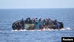 Migrantët në një anije e cila po përmbysej, në fotografinë e publikuar nga Marina e Italisë