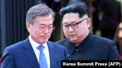 Оңтүстік Корея президенті Мун Чжэ Ин (сол жақта) және Солтүстік Корея лидері Ким Чен Ын. 27 сәуір 2018 жыл.