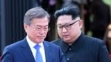 Demirgazyk Koreýanyň lideri Kim Jong Un Günorta Koreýanyň prezidenti Moon Jae-in bilen, 27-nji aprel, 2018.