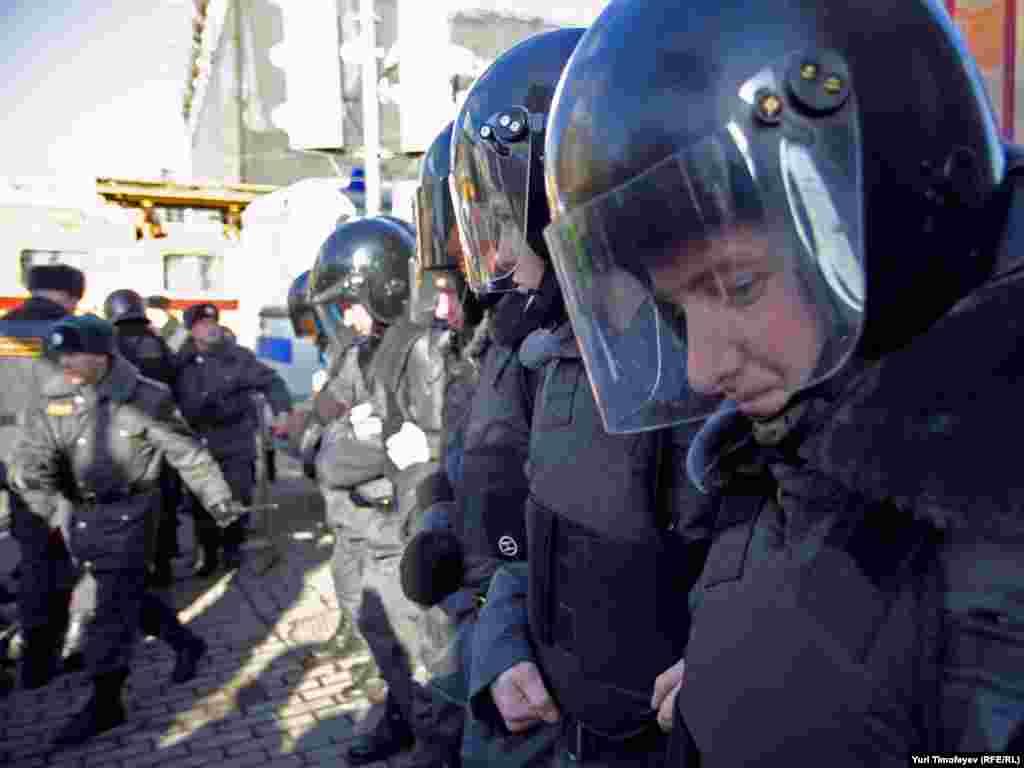 «Стіни правоохоронців» із періодичністю 3-5 хвилин виштовхували з площі всіх, хто на ній перебував.