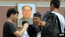 Пекинде жүрген ер адамдар. Көрнекі сурет.