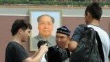 Приехавшие из Синьцзяна в Пекин стоят на площади Тяньаньмэнь. Иллюстративное фото.