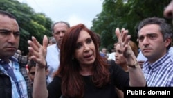 Президент Аргентины Кристина Киршнер в пострадавшем городе Толоса. 4 апреля 2013 года
