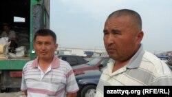 Мурат Даурбаев (справа), продавец национальной компании «Социально-предпринимательская корпорация «Шымкент». 6 мая 2014 года.