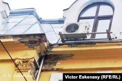 Clădire istorică în curs de consolidare și noul... burlan distrugător, București