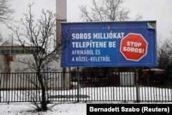 Офіційна реклама: «Сорос хоче переселити мільйони з Африки і Середнього Сходу», нагорі напис: «Урядова інформація», Будапешт, 14 лютого 2018 року