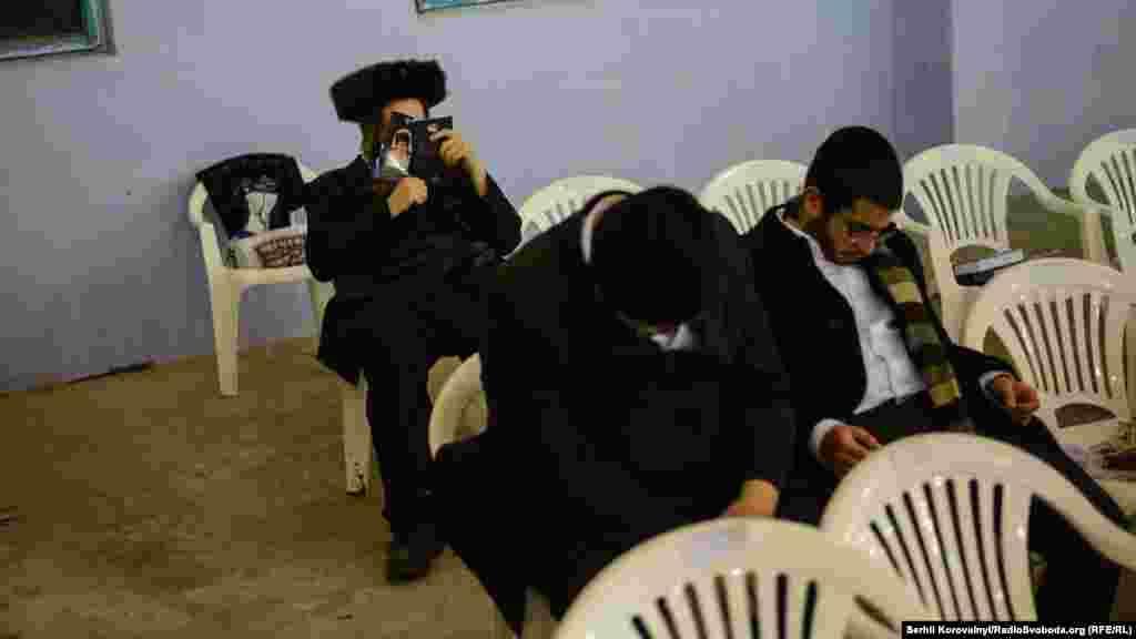 Милиция предупреждает журналистов,что вШаббатснимать хасидов строго запрещено, ведь это может оскорбить их религиозные чувства.Документировать события на улицах Умани можно только с восхождением первой звезды, то есть вечером