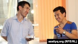Призеры видеоконкурса Азаттыка Серик Нажимов (слева) и Асан Куанышкереев. Алматы, 29 мая 2013 года.
