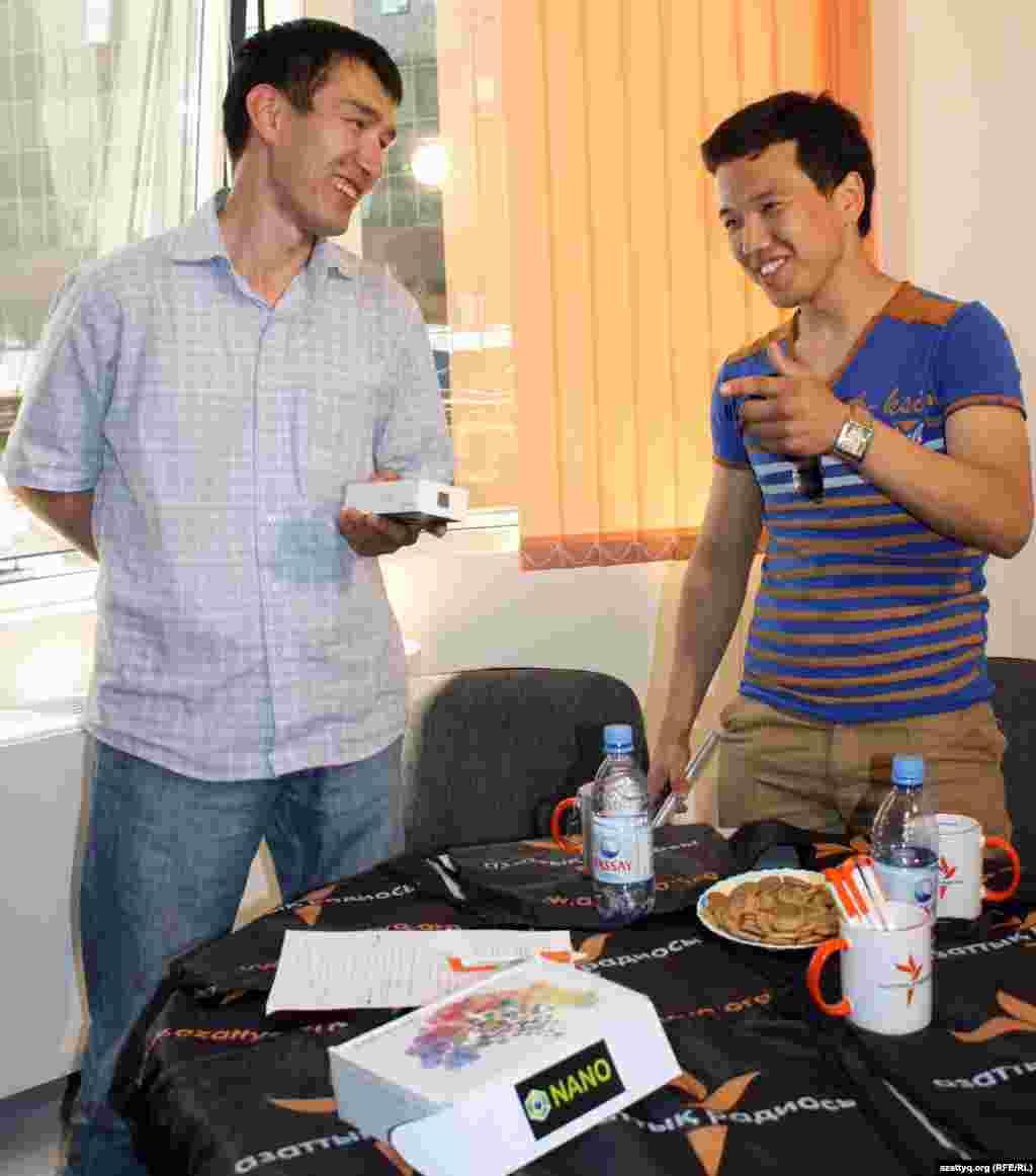 29 мая были награждены победители видеоконкурса Азаттыка в категории «Гражданская журналистика», приуроченного к 60-летию Радио Азаттык. Победитель видеоконкурса Серик Нажимов (слева на фото) с видеосюжетом «Воспитать батыра» получил iPhone. Автор видеосюжета «Глубокий снег в Кызылкоге», занявшего третье место, Асан Куанышкереев (справа на фото) награжден устройством для чтения книг eBookReader.