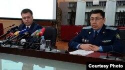 Официальный представитель комитета национальной безопасности (КНБ) Казахстана Руслан Карасев (слева) и представитель генеральной прокуратуры Казахстана Кусаин Игембаев. Астана, 11 июля 2016 года.