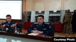 Официальный представитель КНБ Казахстана Руслан Карасев (слева) и представитель прокуратуры Кусаин Игембаев. Астана, 11 июля 2016 года.