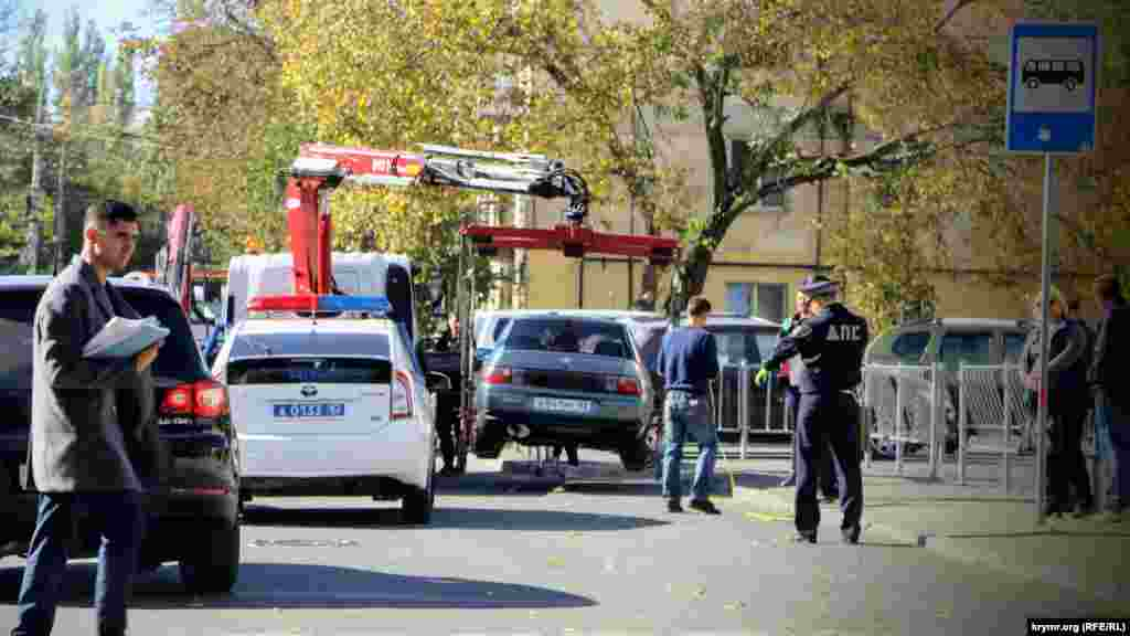 На вулиці Толстого біля будівлі міськадміністрації працюють евакуатори. Пильні інспектори фіксують те, що відбувається на відеокамери