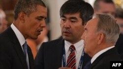 АҚШ президенті Барак Обама (сол жақта) мен Қазақстан президенті Нұрсұлтан Назарбаев (оң жақта) G20 саммиті кезінде сөйлесіп тұр. Ресей, 5 қыркүйек 2013 жыл.