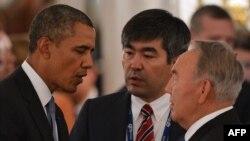Барак Обама в бытность президентом США разговаривает с президентом Казахстана Нурсултаном Назарбаевым (справа) на полях саммита G20. Петербург, 5 декабря 2013 года.