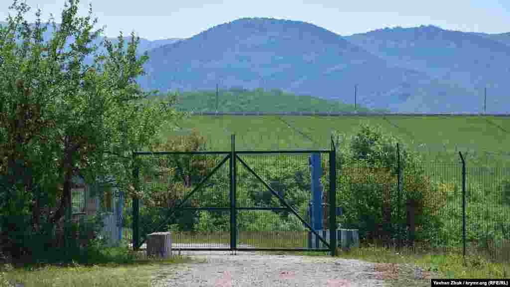 За воротами КПП – дамба Чорноріченського водосховища