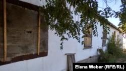 Заколоченные окна в доме в Старом Жайреме, хозяева которого переехали в другой населенный пункт. Карагандинская область, май 2019 года.