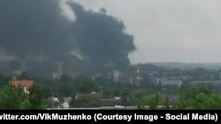 Дым от пожаров после обстрела Марьинки, фотография из твиттера начальника Генштаба ВС Украины Виктора Муженко