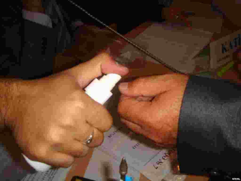 Бір реттен көп дауыс берудің алдын алу үшін сайлаушының бармағы боялады. - Бір реттен көп дауыс берудің алдын алу үшін сайлаушының бармағы боялады.