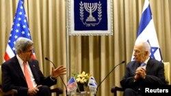 Secretarul de stat John Kerry la o întîlnire cu președintele israelian Shimon Peres la Ierusalim în mai 2013