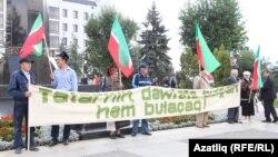 Милли хәрәкәт активистлары республика көнендә Казанда пикет уздыра