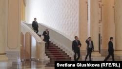 Үкімет мүшелері жиыннан шығып келеді. Астана, 11 ақпан 2015 жыл.